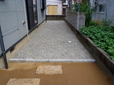 防草シートを敷いて丸砂利を敷均